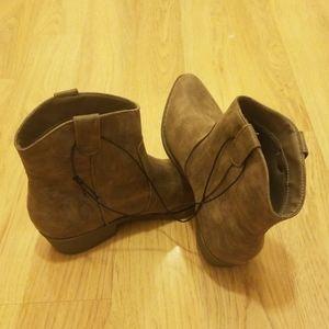 NWOT Arizona mocha ankle boots